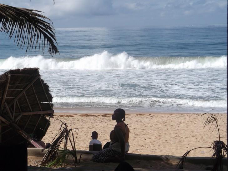 une vue de la plage de grand bassam eli.mondoblog.