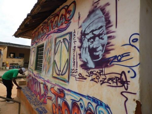 Le graffeur Trez à l'oeuvre au palais royal de Togoville credit photo: Ras Sankara