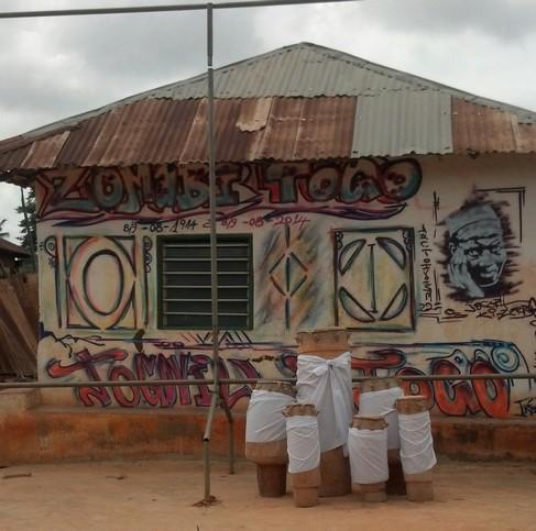 Un graffiti de Trez Folly dans la cour royale de Togoville credit:eli.mondoblog.org