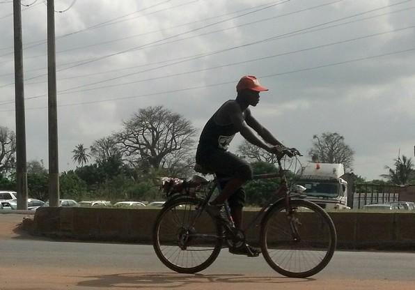 Un cycliste à Lomé Crédit photo: eli.mondoblog.org